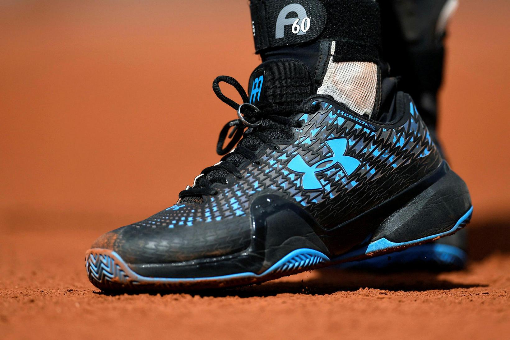 Andy Murray festir giftingahringinn við reimarnar.