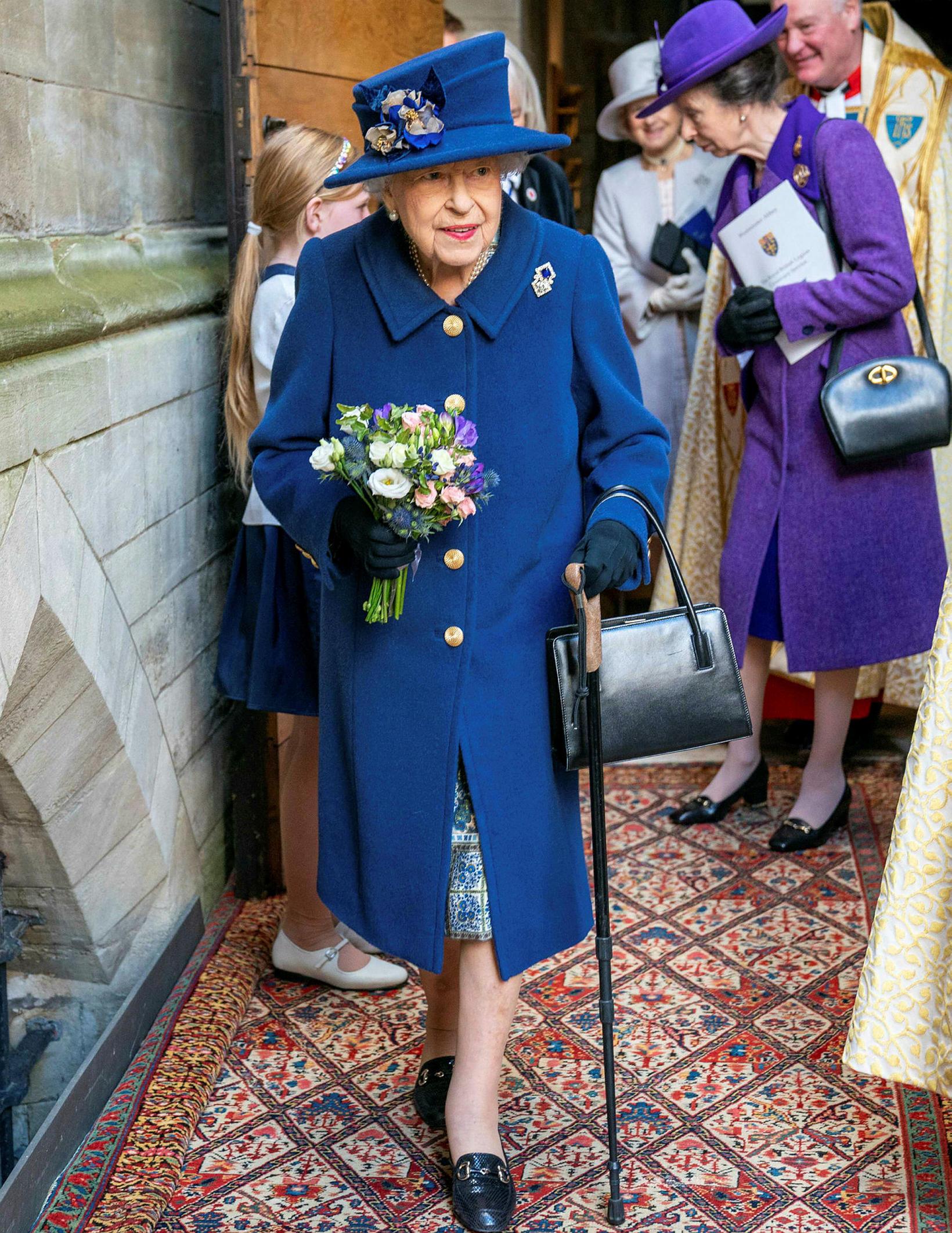 Drottningin klæddist kóngablárri kápu og var með hatt í stíl.