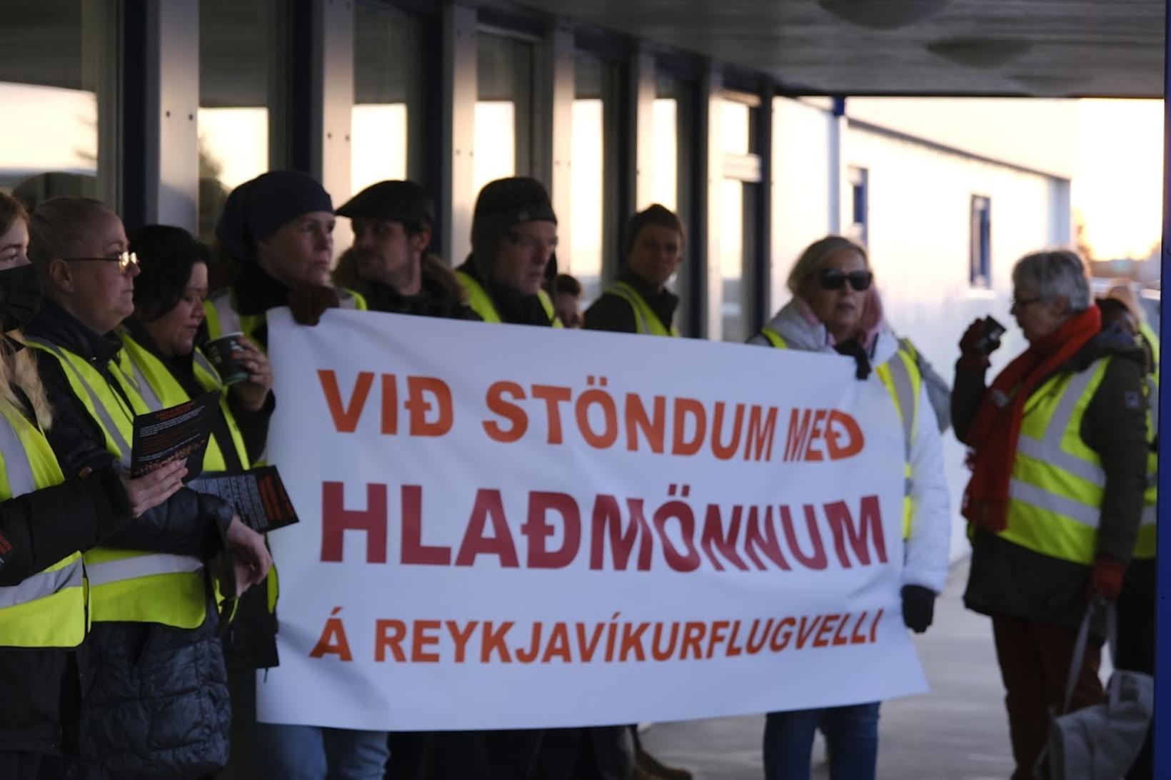 Eflingarfólk stendur með hlaðmönnum á Reykjavíkurflugvelli.