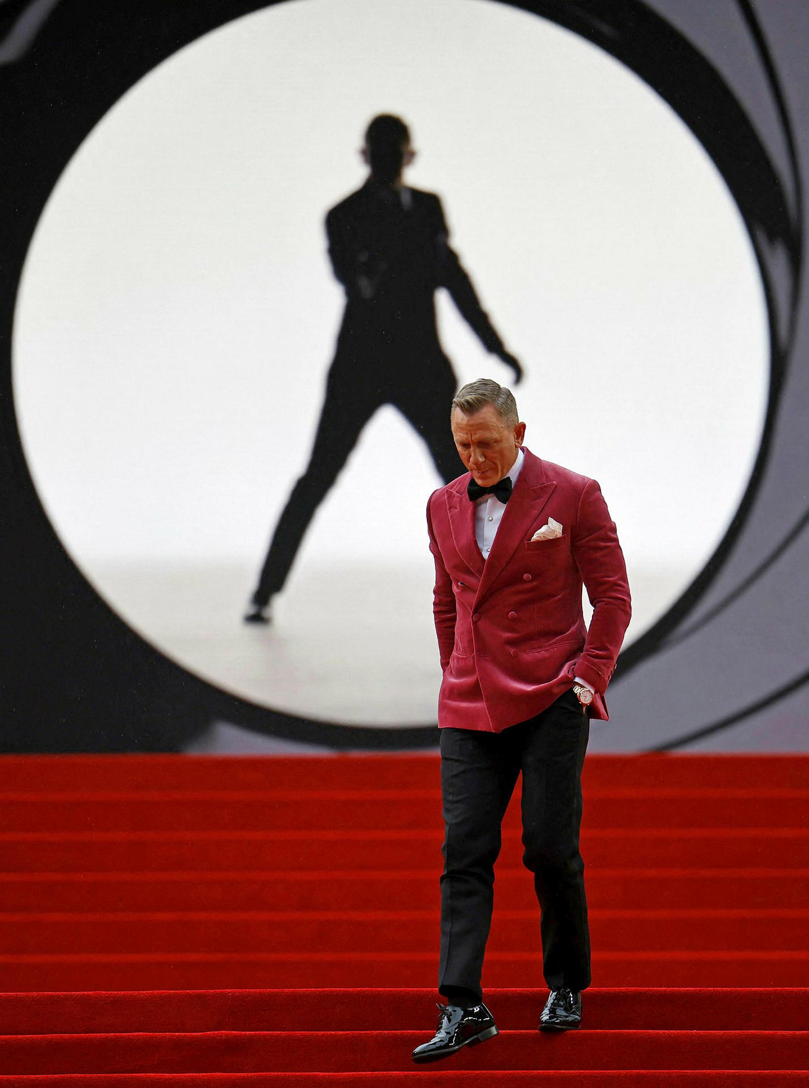 Daniel Craig bar af í bleikum flauelsjakka við svartar buxur …