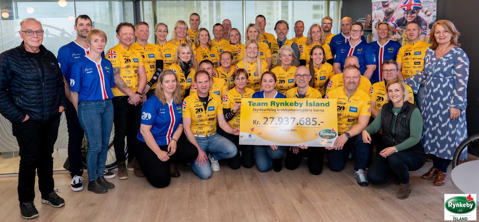 Lið Team Rynkeby Ísland við afhendingu styrks til Styrktarfélags krabbameinssjúkra …