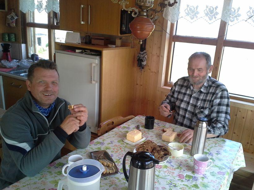 Gunnar Gaukur Magnússon, framkvæmdastjóri Vesturverks, í kaffi hjá Pétri Guðmundssyni ...