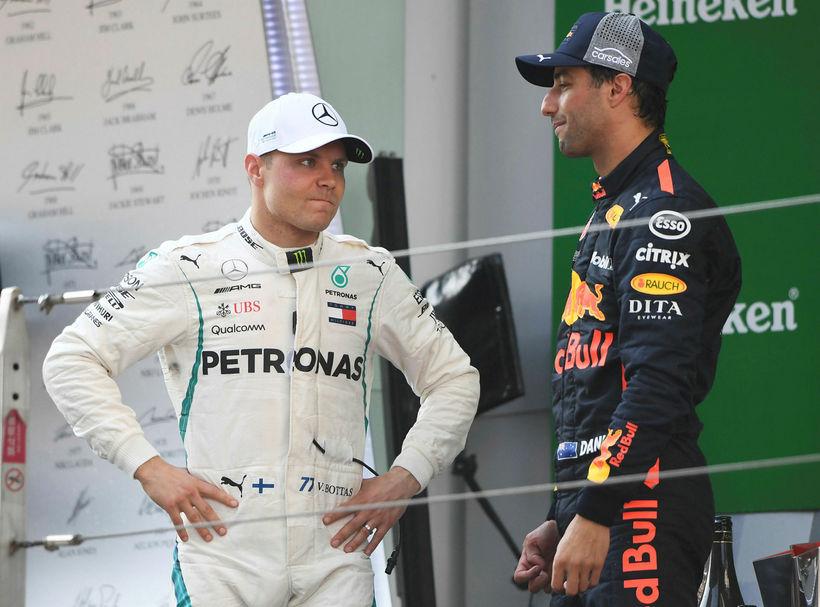 Valtteri Bottas (t.v.) varð mjög naumlega á undan Daniel Ricciardo ...