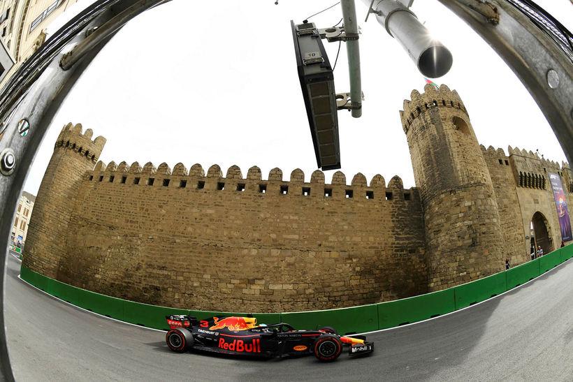 Daniel Ricciardo á ferð í Bakú í dag.