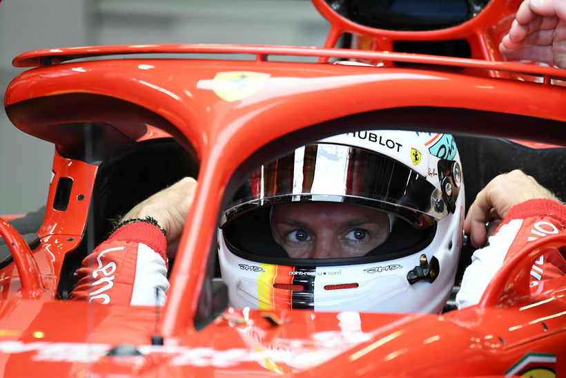 Sebastian Vettel milli tímatilrauna í bíl sínum.