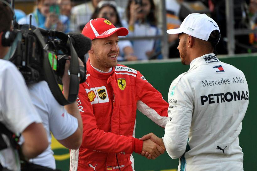 Sebastian Vettel (t.v.) og Lewis Hamilton takast í hendur eftir ...
