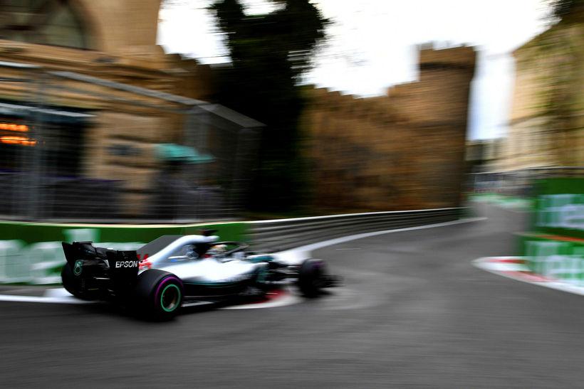 Lewis Hamilton á ferð á Mercedesbílnum í tímatökunni í Bakú ...