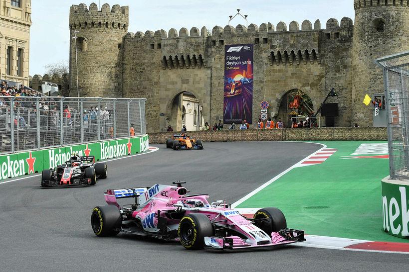 Sergio Perez fer hér á undan Sebastian Vettel á Ferrari ...
