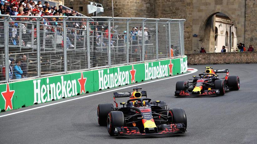 Verstappen og Ricciardo í návígi í kappakstrinum í Bakú í ...