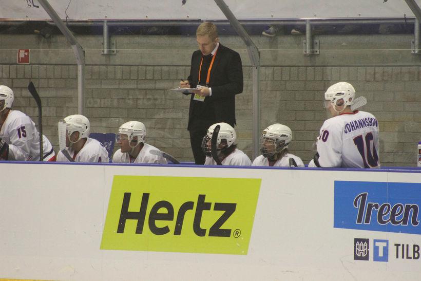 Jussi Sipponen er á hliðarlínunni hjá U20 ára landsliðinu.