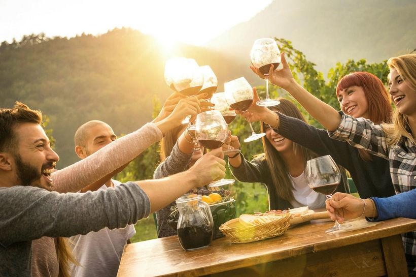 Vín er haft um hönd af ýmsum tilefnum, stundum skálar ...