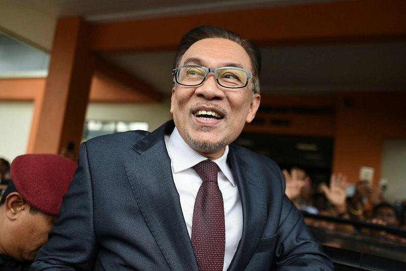 Anwar Ibrahim var ákaft fagnað af stuðningsmönnum sínum þegar hann ...