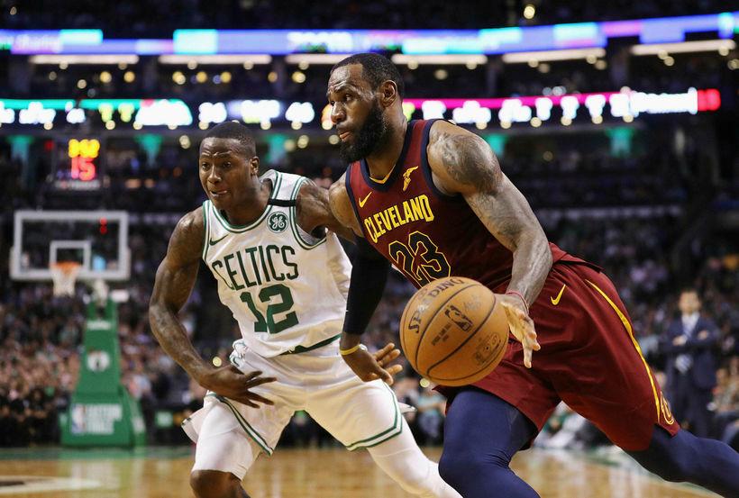 LeBron James sækir að körfu Boston.