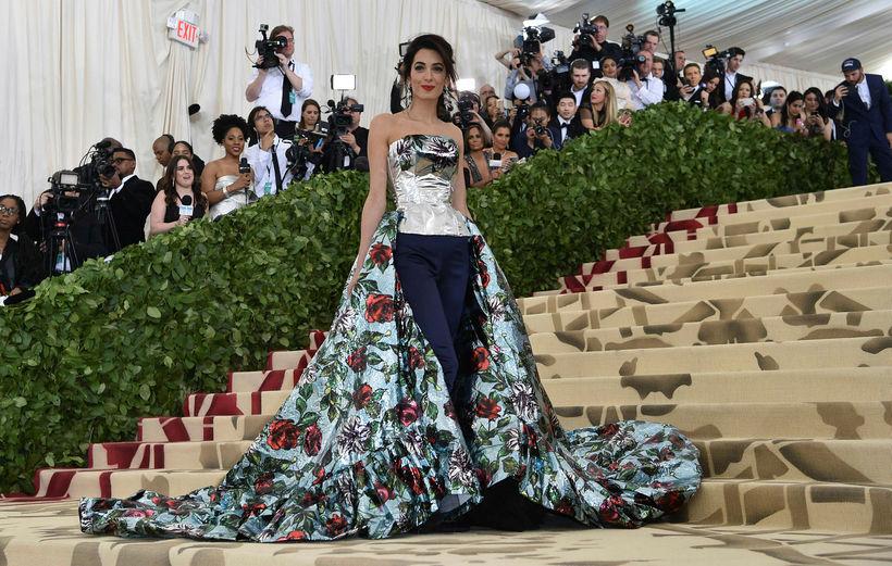 Amal Clooney á Met Gala fötum frá Richard Quinn.