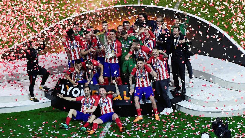 Leikmenn Atlético Madrid við bikarlyftinguna í kvöld.