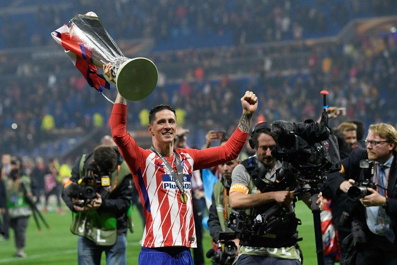 Fernando Torres með bikarinn eftir sigur Atlético Madrid í Evrópudeildinni ...