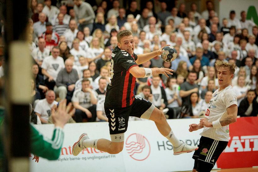 Theodór Sigurbjörnsson að skora fyrir ÍBV gegn FH í fyrrakvöld.