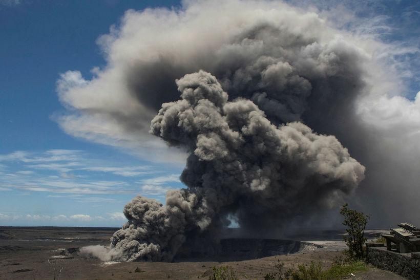 Mikill öskustrókur hefur risið frá eldfjallinu á Hawaii.