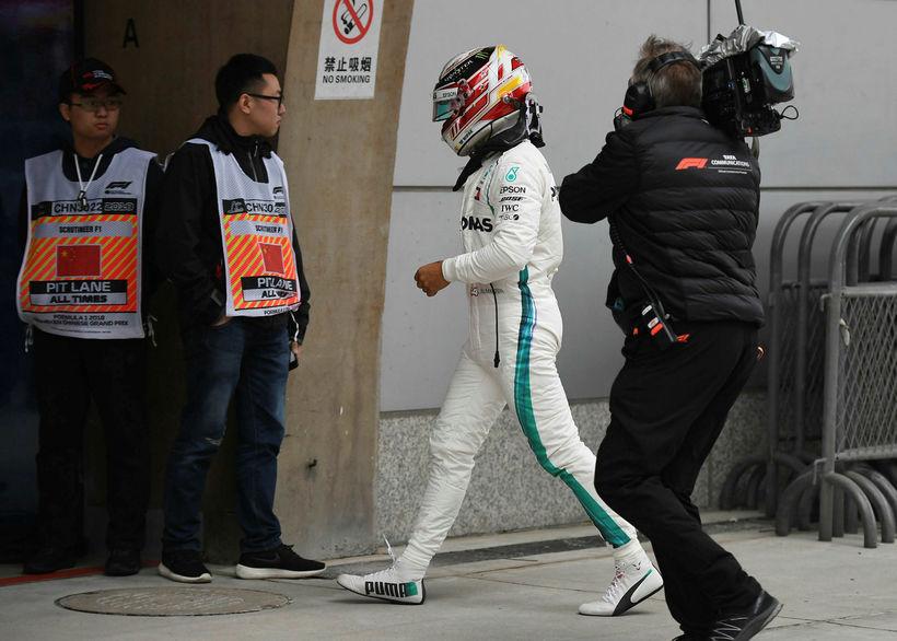 Lewis Hamilton strunsar beint inn í bílskúr eftir tímatökuna í ...