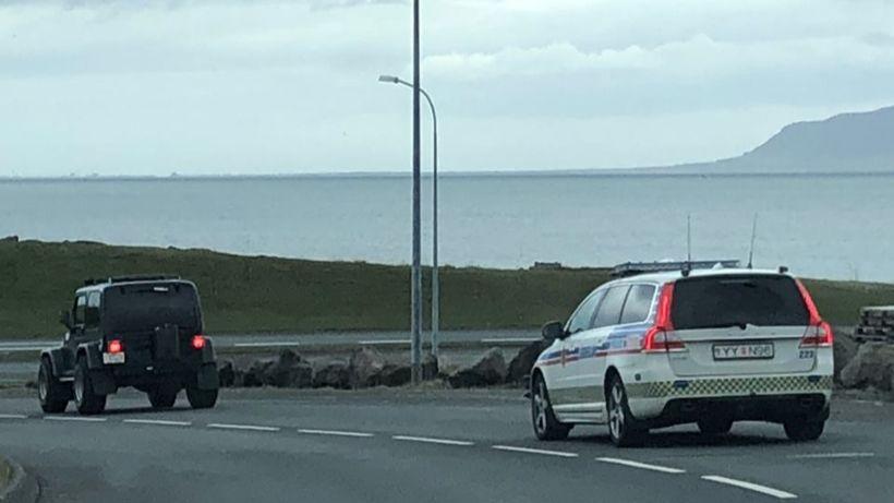 Frá eftirför lögreglu í morgun. Ökumaðurinn komst undan á hlaupum, ...