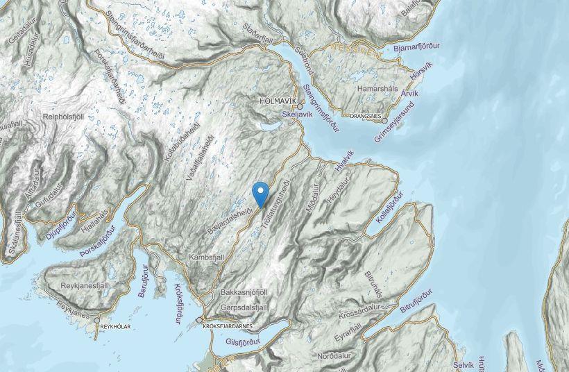 Veginum um Þröskulda var lokað vegna bílveltu.