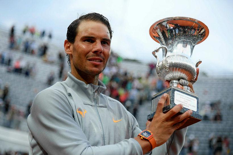 Rafael Nadal með bikarinn í mótslok.