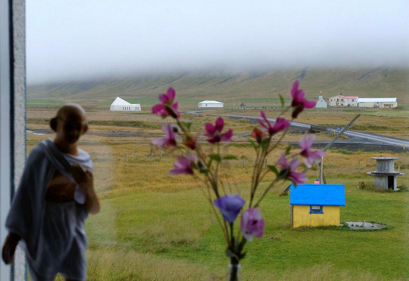 Horft út um glugga í Finnbogastaðaskóla í Árneshreppi á Ströndum.