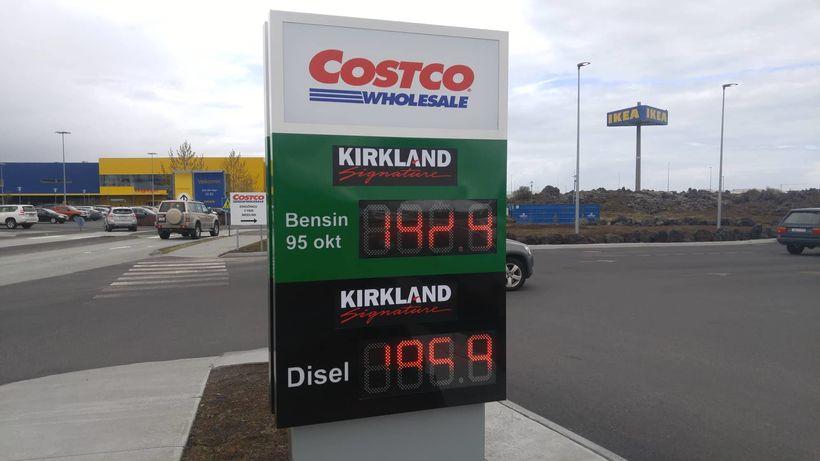 Bensínstöð Costco. Verðið er illgreinanlegt en þar stendur 192,9 kr ...
