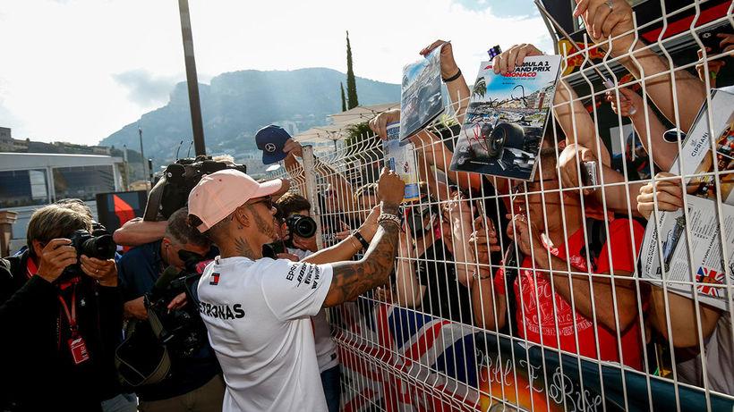 Lewis Hamilton sinnir aðdáendum í Mónakó.