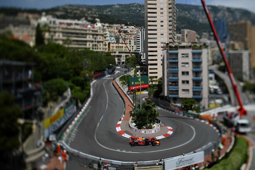 Daniel Ricciardo ekur gegnum hárnálarbeygjuna á brautinni þar sem hún ...