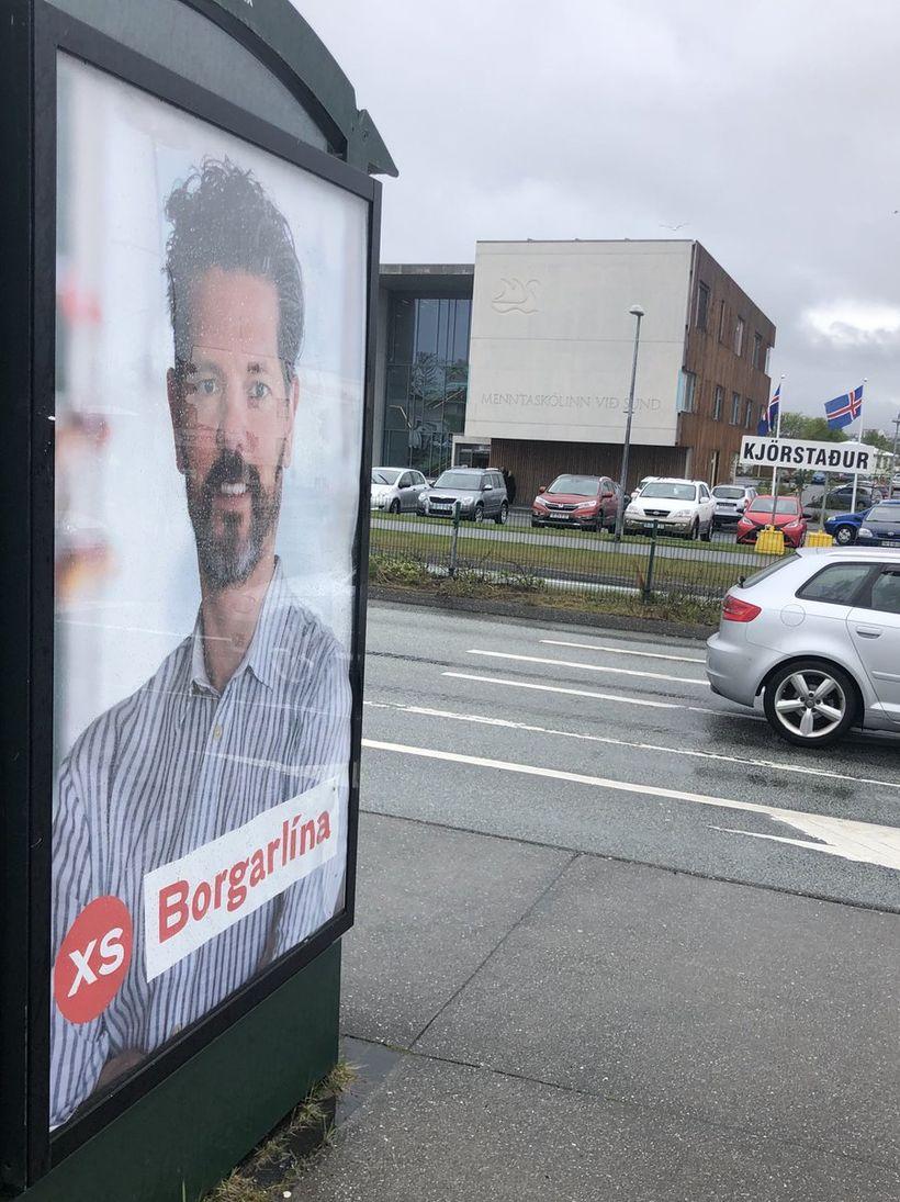 Mynd af oddvita Samfylkingarinnar er á strætóskýlinu andspænis Menntaskólanum við ...