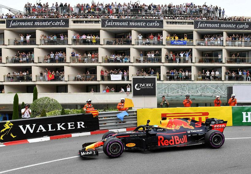 Ástralinn Daniel Ricciardo fagnar sigrinum í Mónakó rétt í þessu ...
