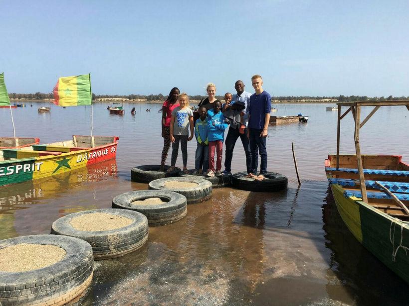 Við Lac Rose-vatnið í Senegal Mariama, Ingibjörg, Guðrún, Cheich og ...