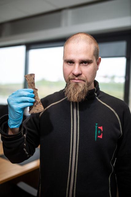 Ármann Guðmundsson með axarhöfuð sem var í kassanum dularfulla.