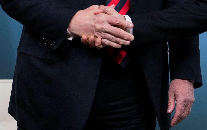 Donald Trump og Emmanuel Macron tókust hressilega í hendur í ...