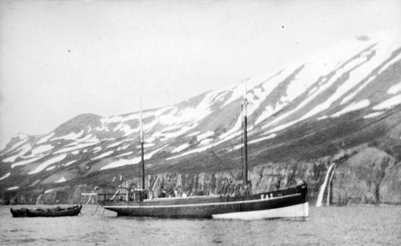 Skipið við Látraströnd í Eyjafirði.