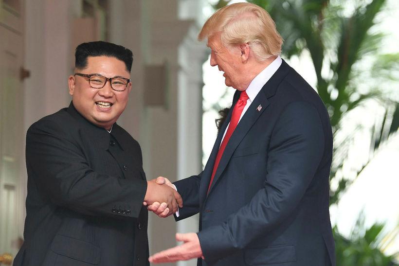 Kim Jong-un og Donald Trump takast í hendur í Singapúr