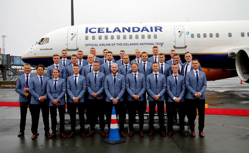 Íslensku landsliðsmennirnir voru flottir í jakkafötum á leiðinni til Rússlands.