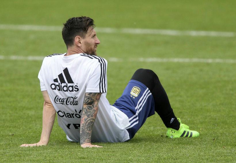 Messi hvílir lúin bein á æfingu argentínska landsliðsins í dag. ...