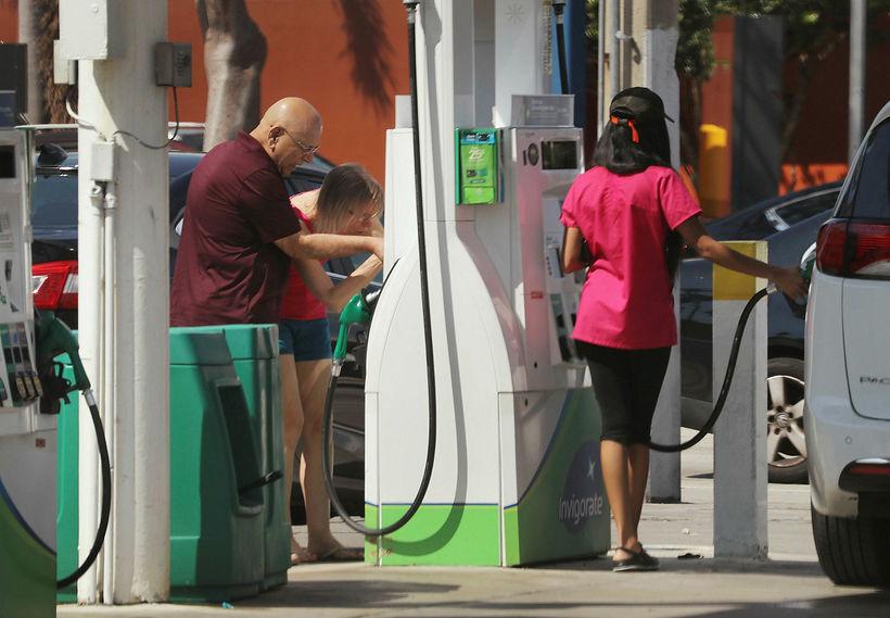 Ökumenn í Flórída dæla bensíni á bílana sína.
