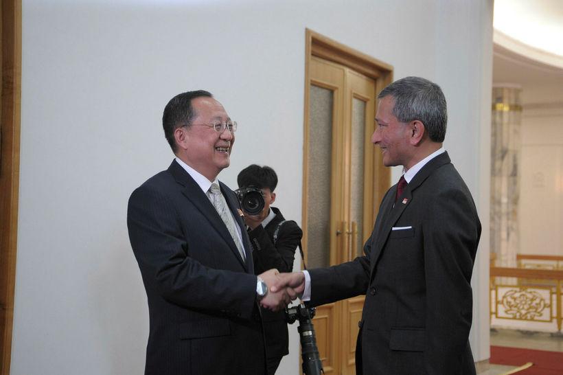 Ri Yong Ho (t.v.) mætti með Kim Jong-un til Singapúr. ...