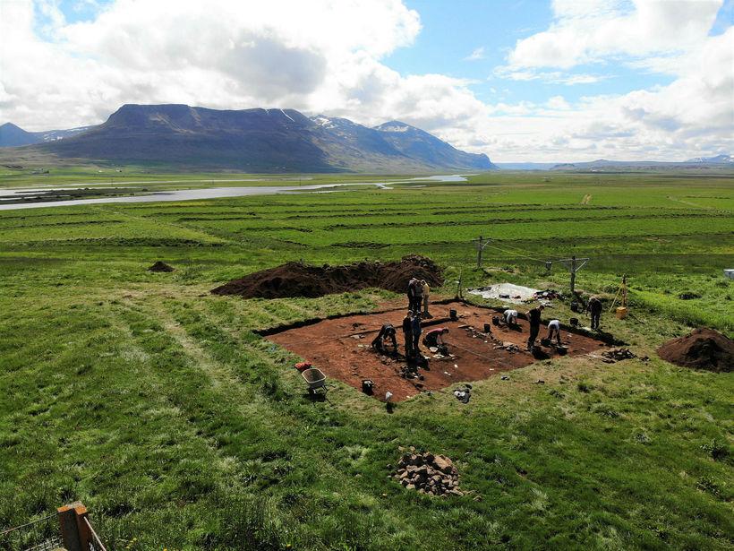 Rannsóknarhópurinn hafði í nógu að snúast í blíðviðrinu í gær ...