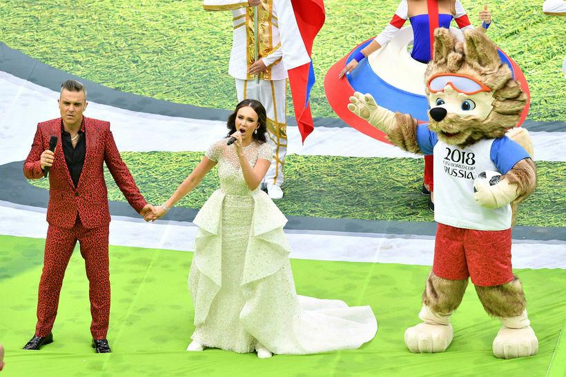 Robbie Williams og Aida Garifullina tóku lagið á opnunarhátíðinni.