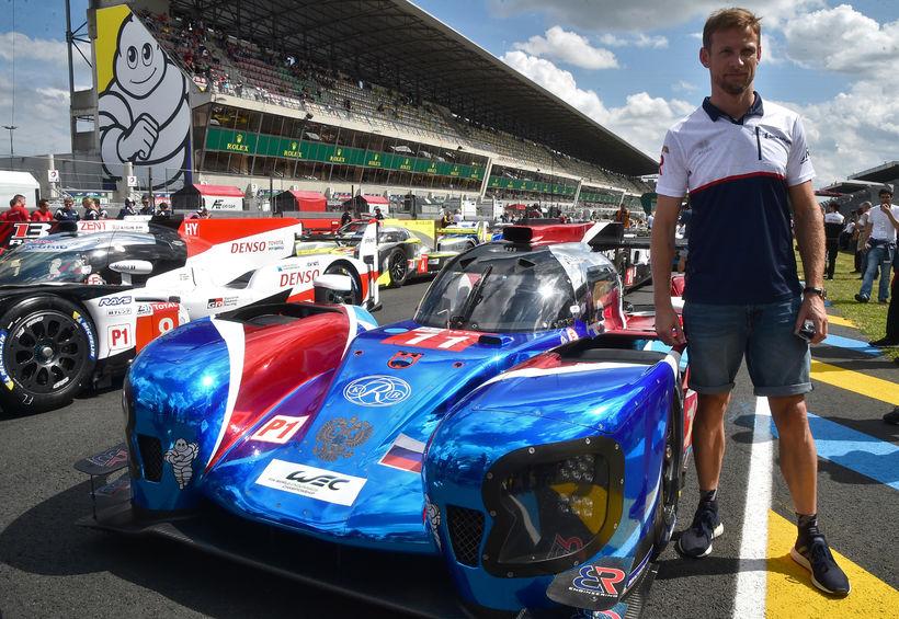 Jenson Button við keppnisfák sinn í Le Mans, bíl BR ...