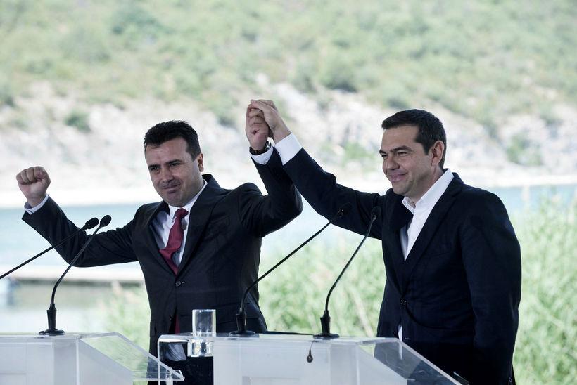 Alexis Tsipras, forsætisráðherra Grikklands, (til hægri) ásamt Zoran Zaev, forsætisráðherra ...