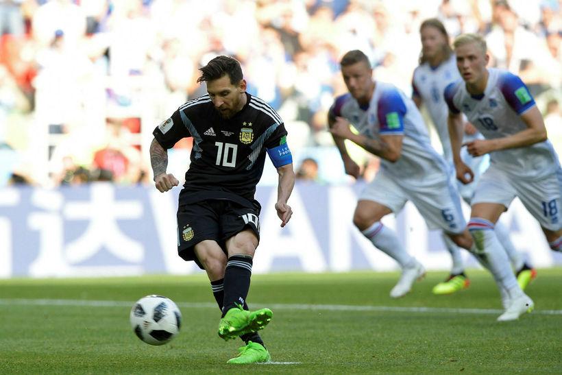 Lionel Messi tekur vítaspyrnuna sem Hannes Þór Halldórsson varði.