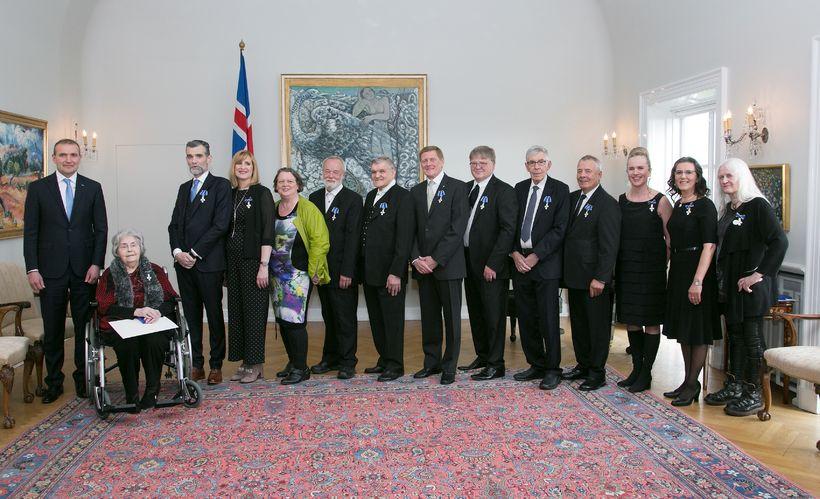 Fálkaorðuhafarnir á Bessastöðum í dag ásamt forseta Íslands.