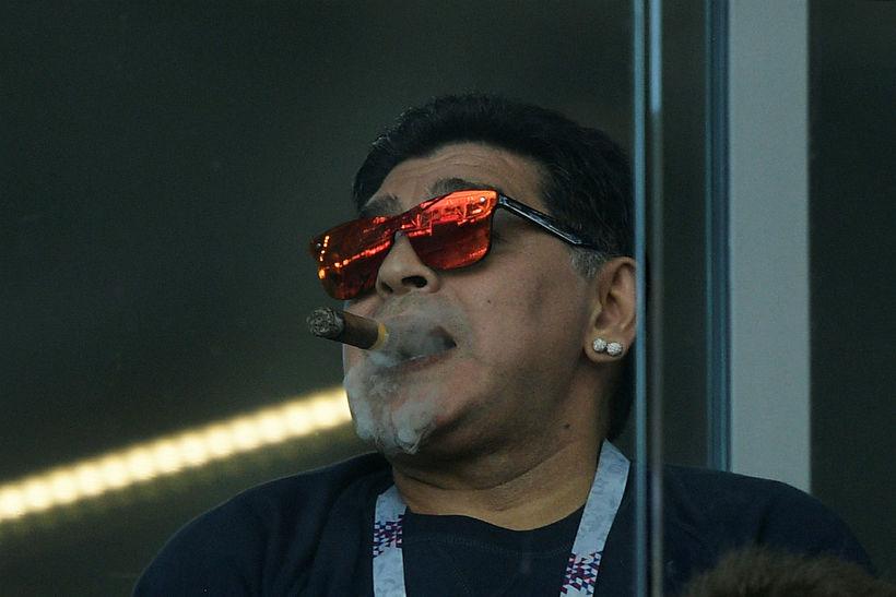 Maradona með vindilinn í stúkunni á Spartak vellinum í gær.