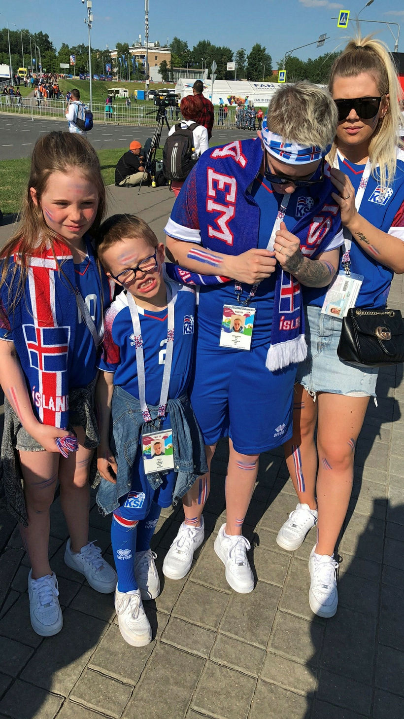 Fjölskyldan beið fyrir utan leikvanginn í langan tíma.