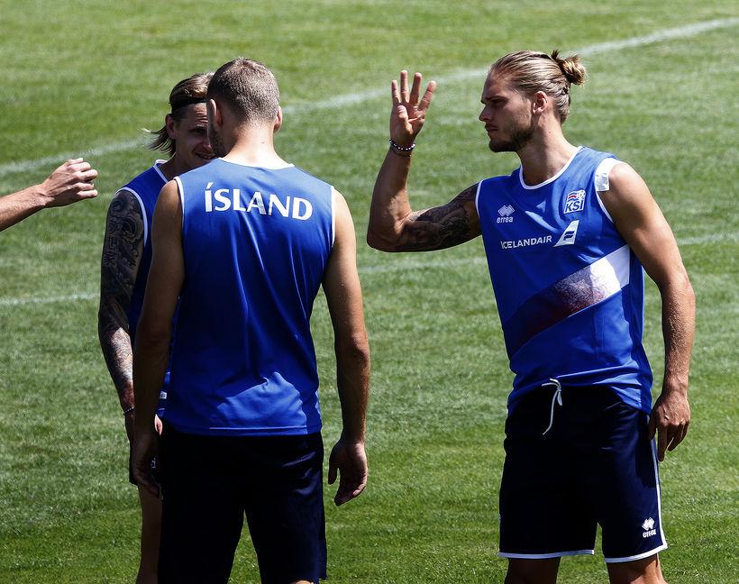 Hér virðist Rúrik skarta armbandinu á æfingu landsliðsins í Rússlandi.